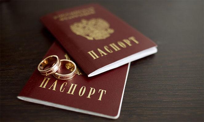 Нужно ли менять загранпаспорт при смене фамилии: нюансы и стоимость процедуры замены загранпаспорта